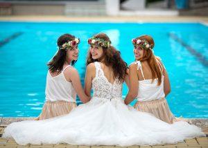 06 ponesice nevesta a druzicky u bazenu jihocesky kraj svatebni foto svatebni fotograf ales motejl