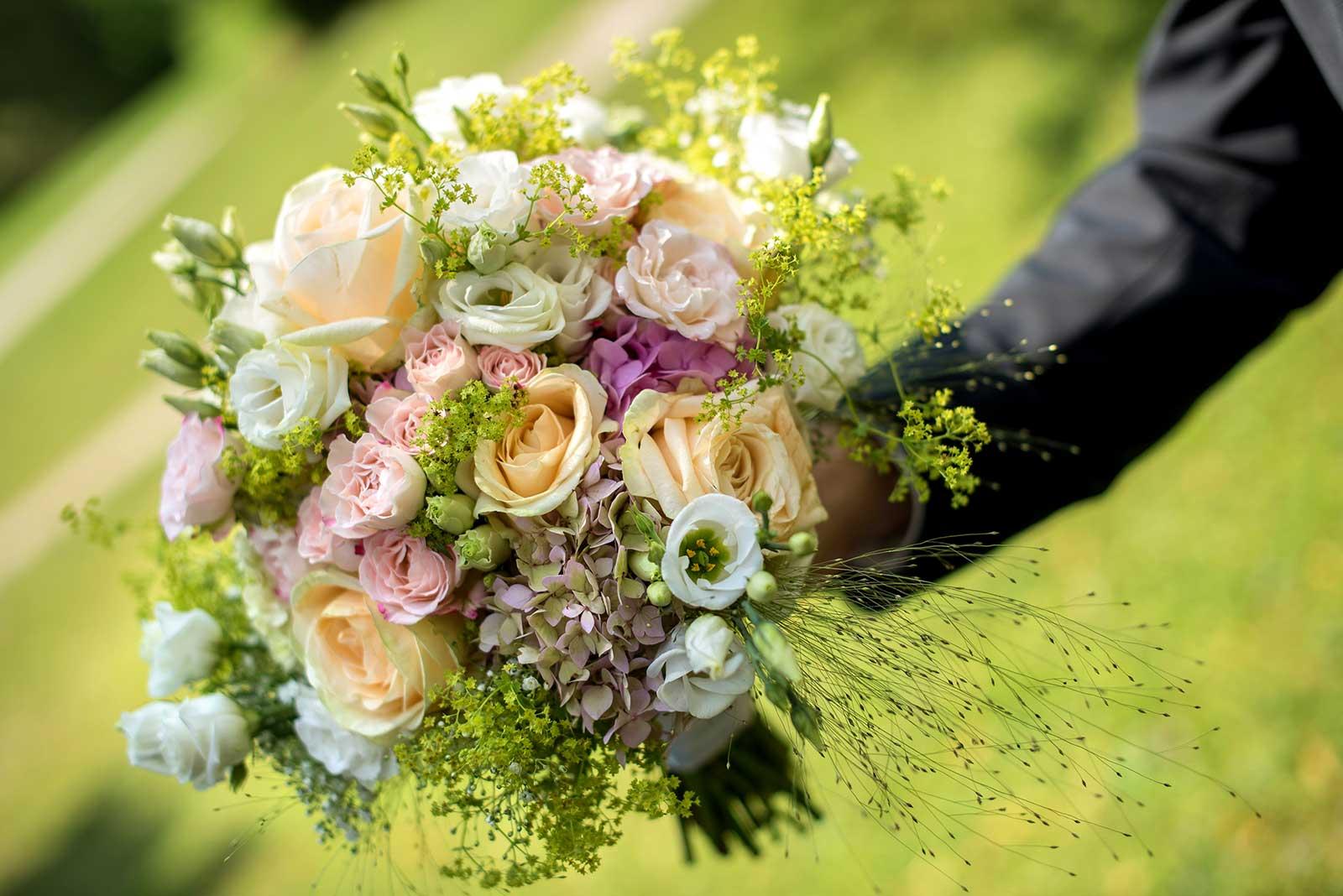 06 svatebni foto cesky krumlov svatebni fotografdetail svatebni kytice