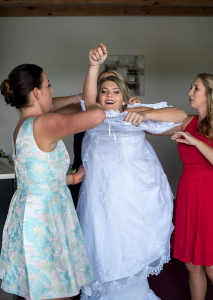 06 svatebni pripravy nevesta se obleka do svatebich satu lipno nad vltavou
