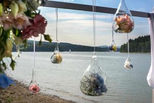10 svatebni detail na brehu lipno nad vltavou svatebni fotograf jihocesky kraj