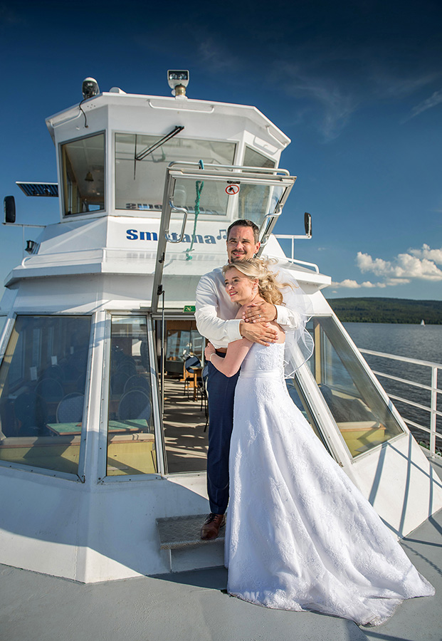 15 svatebni foto nevesta s zenichem lipno svatebni plavba na lodi svatebni fotograf ales motejl jihocesky kraj
