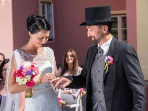 16 nevesta zenichovi dava snubni prstynek zamek mitrowicz svatebni fotograf ales motejl jizni cechy