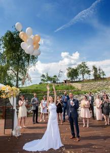 17 zenich a nevesta vypousti svatebni balonky svatebni fotograf ales motejl jihocesky kraj