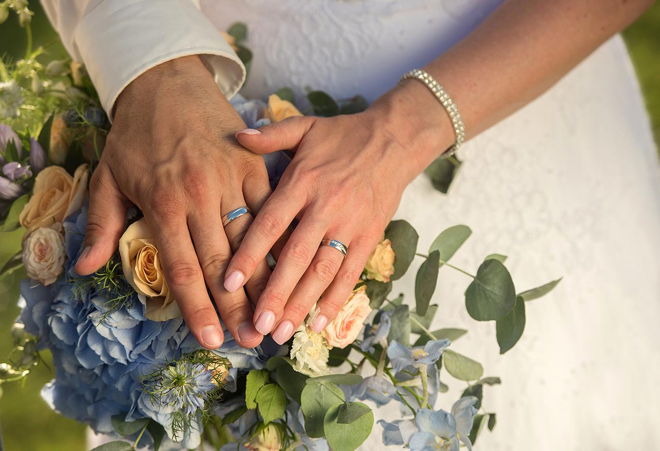 21 svatebni foto nevesta s zenichem lipno svatebni kytice a svatebni prstynky svatebni fotograf ales motejl jihocesky kraj
