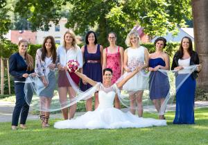 24 skupinove svatebni foto nevesta a svatebcane zamek mitrowicz svatebni fotograf ales motejl jizni cechy