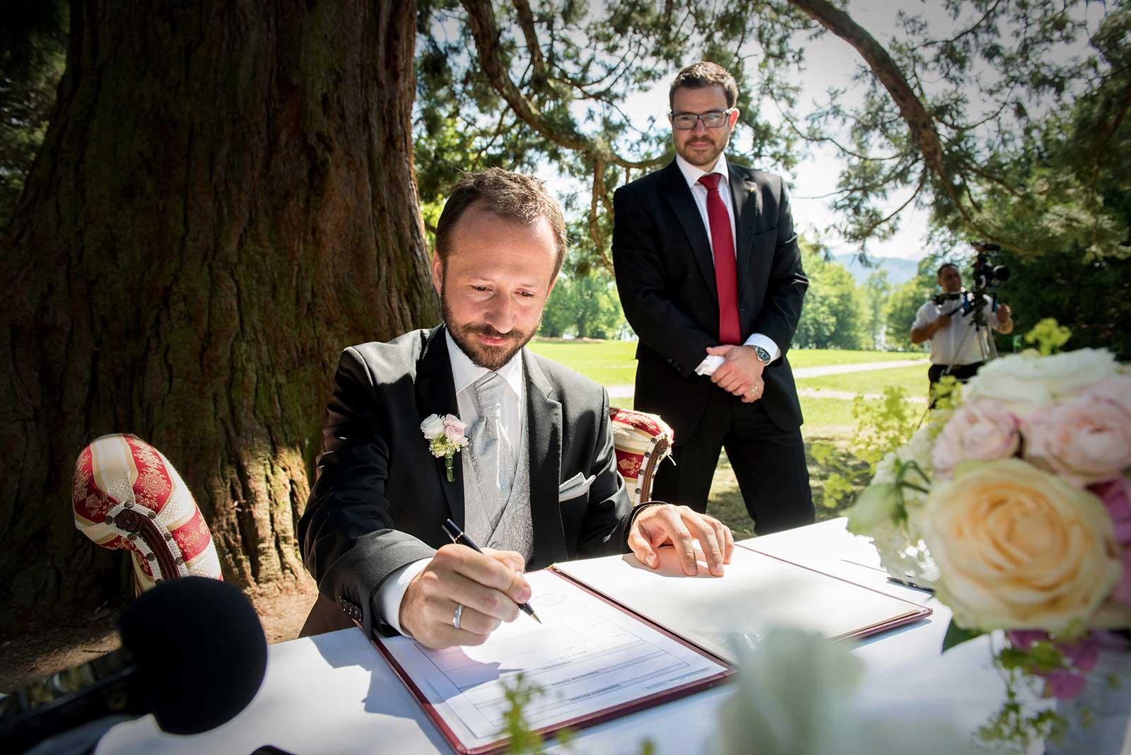 25 svatebni foto Brautigam Hochzeitszeremonie am See Traunsee gmunden