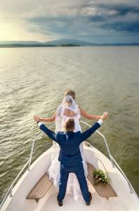 26 svatebni foto na lodi lipno nad vltavou frydava