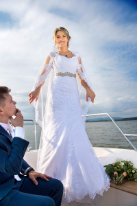 27 svatebni fotograf zenich a nevesta na lodi lipno nad vltavou