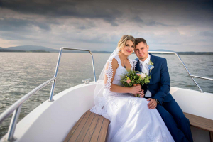 29 svatebni foto romantika na lodi lipno nad vltavou