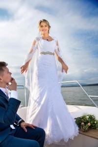 27-svatebni-fotograf-zenich-a-nevesta-na-lodi-lipno-nad-vltavou