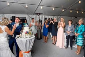 44-svatebni-fotograf-krajeni-svatebniho-dortu