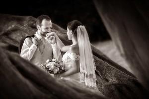 13-svatebni-foto-zenich-liba-nevestu-na-ruku