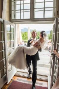 36-svatebni-foto-zenich-nese-nevestu