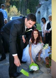 11-svatebni-foto-zametání-strepu-rozmberk-nad-vltavou-svatebni-fotograf-ales-motejl-jihocesky-kraj