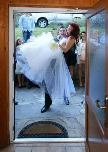 12-svatebni-foto-prenaseni-nevesty--svatebni-fotograf-ales-motejl-jihocesky-kraj