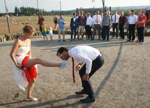 42-svatebni-podvazek-svatebni-fotograf-ales-motejl-jizni-cechy