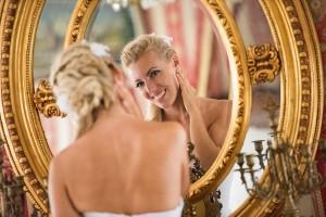 28-nevesta-pred-zrcedlem-svatba-cesky-krumlov-svatebni-fotograf-ales-motejl-jihocesky-kraj