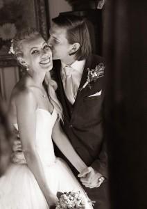 29-zenich-dava-polibek-neveste--cesky-krumlov-svatebni-fotograf-ales-motejl-jihocesky-kraj